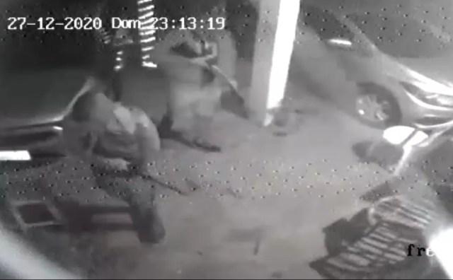 Imagem de câmera de segurança mostra dois dos quatro assaltantes com armas longas. — Foto: Reprodução