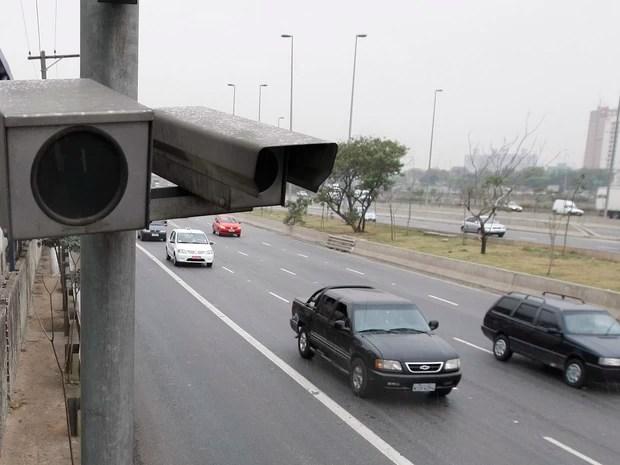 Radar de trânsito em operação em pista do sentido oeste da Marginal Tietê, na capital paulista (Foto: Nilton Fukuda/Estadão Conteúdo)