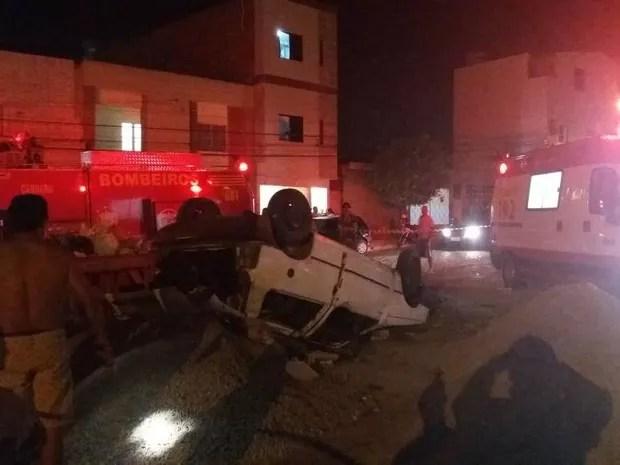 Homem morreu e mulher ficou ferida após carro capotar em Caruaru (Foto: Divulgação/Corpo de Bombeiros)