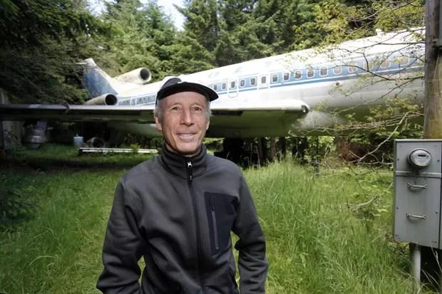 Bruce Campbell transformou um Boeing 727 em casa em um subúrbio perto de Portland (Foto: Steve Dipaola/Reuters)