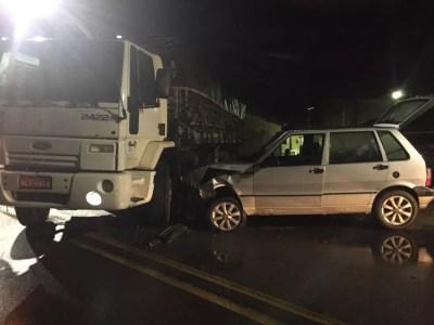 Uno bateu na lateral do caminhão em Marechal Deodoro — Foto: Ascom/BPTran