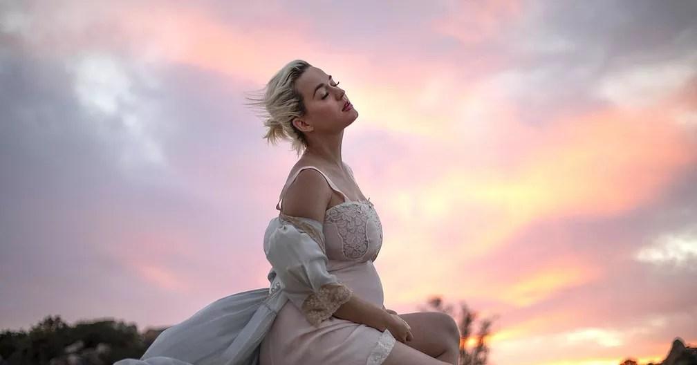 Katy Perry posa grávida durante a gravação do clipe de 'Daisies' — Foto: Divulgação