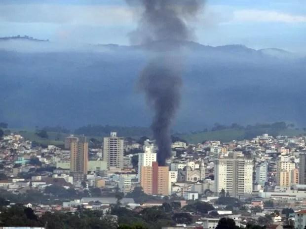 Incêndio destrói lojas em Pouso Alegre. (Foto: Corpo de Bombeiros)