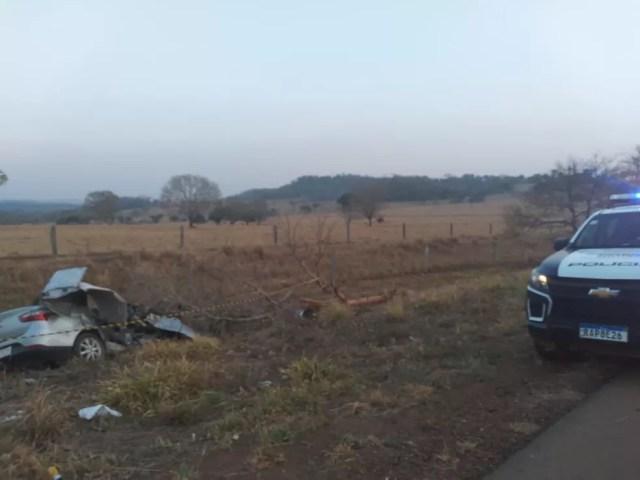 Motorista perdeu o controle do veículo, saiu fora da pista e bateu em árvore — Foto: Divulgação