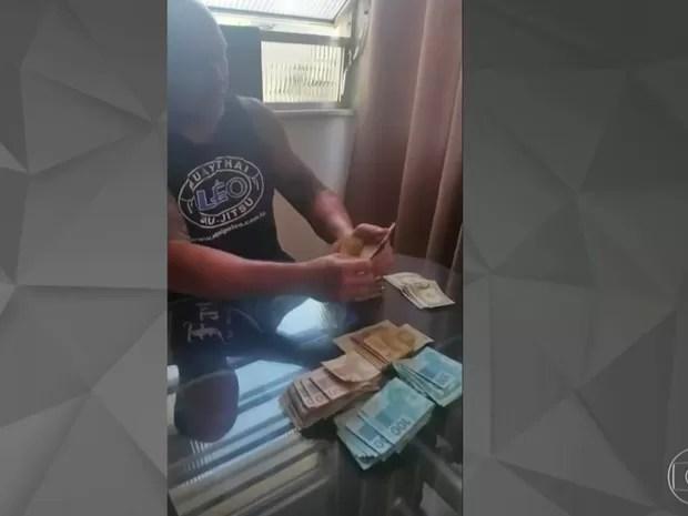 """Ex-PM Leonardo Scorza conta dinheiro da venda de drogas: 'Bala, bala, bala..."""", repete (Foto: Reprodução/Globo)"""