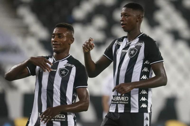 Kalou e Babi comemoram o gol do Botafogo com mais uma dancinha — Foto: Vitor Silva/Botafogo