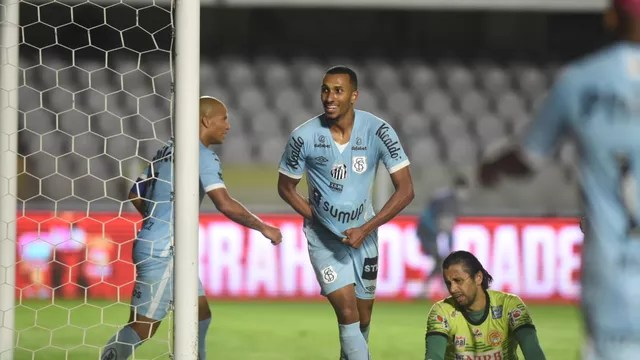 Lucas Braga comemora gol do Santos