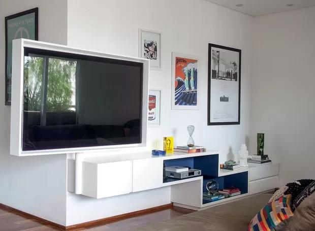 Para oferecer ao morador uma televisão nas salas de estar e de jantar, na varanda e na área de leitura, o escritório Suíte Arquitetos instalou a TV em uma caixa de MDF acoplada a uma haste de ferro articulada, que gira para os quatro ambientes. Execução d (Foto: Maíra Acayaba/Editora Globo)