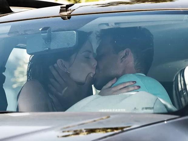 Ricardo dá um beijo em Débora (Foto: Artur Meninea/Gshow)