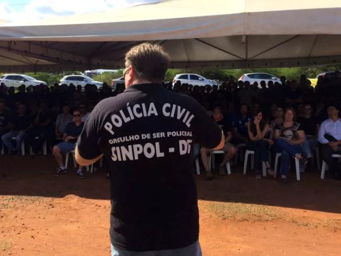 Policiais civis do DF acompanham assembleia nesta segunda (17) (Foto: Mateus Vidigal/G1)