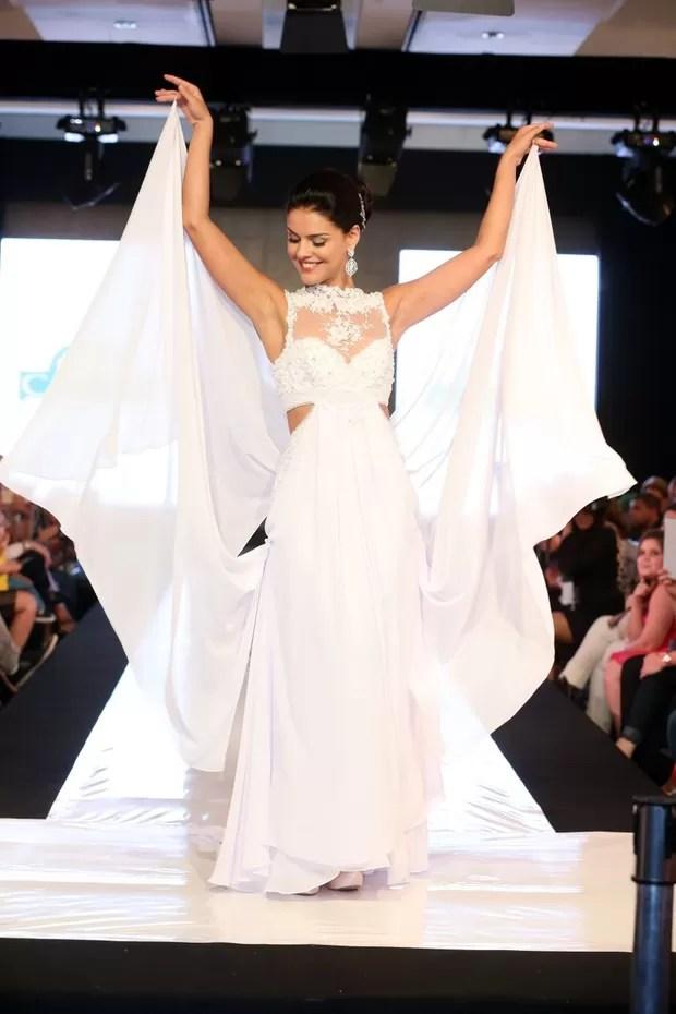 Paloma Bernardi participa de desfile vestida de noiva (Foto: André Freitas / AgNews)