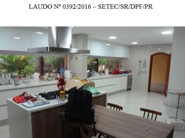 Vista interna do imóvel com destaque para a cozinha  (Foto: Reprodução)