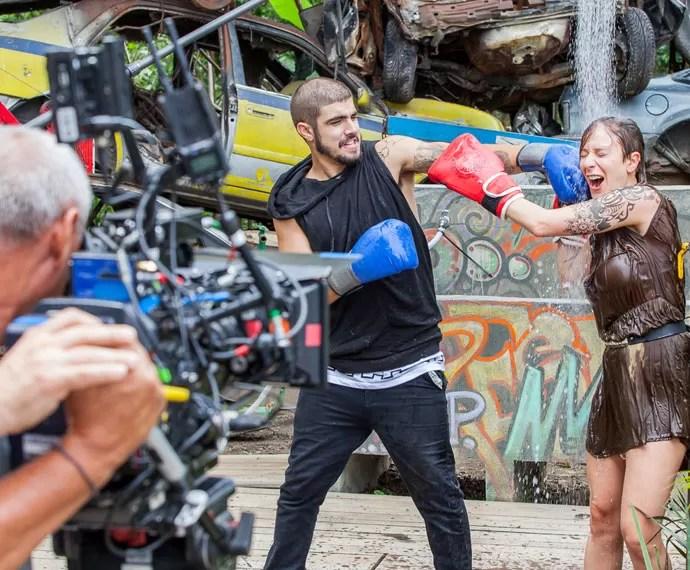 Caio Castro e Caroline Abras em cenas finais da trama (Foto: Artur Meninea/Gshow)