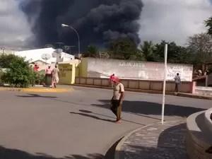 Incêndio em unidade produtora de plástico da empresa Baterias Moura, em Belo Jardim, Agreste de Pernambuco (Foto: Katharyne Bezerra/ Arquivo Pessoal)