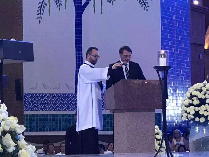 Jair Bolsonaro faz primeira leitura da missa das 16h na Basílica de Aparecida