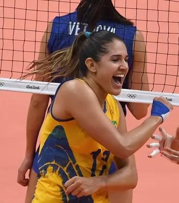 Natália vibra com mais um ponto Brasil x Rússia vôlei (Foto: VANDERLEI ALMEIDA / AFP)