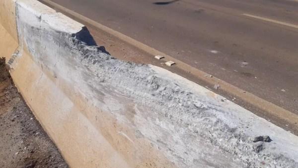 Mureta ficou destruída após caminhão perder o controle  — Foto: Matheus Gama/CBN Amazônia