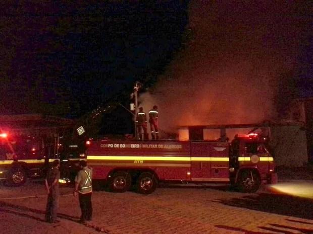 Seis viaturas do Corpo de Bombeiros foram até o local combater as chamas. (Foto: Ascom/CBM)