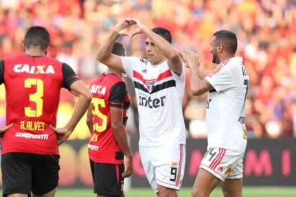 Diego Souza comemora gol do São Paulo contra o Sport na Ilha do Retiro — Foto: Marlon Costa / Pernambuco Press