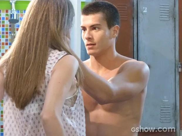 Duca e Bianca estavam quase aos beijos quando Karina aparece (Foto: Malhação / TV Globo)