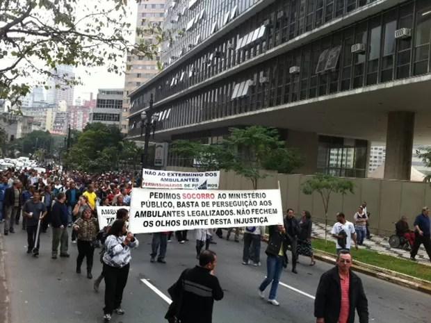 Ambulantes fazem passeata em direção à Prefeitura para protestar contra proibição (Foto: Roney Domingos/ G1)