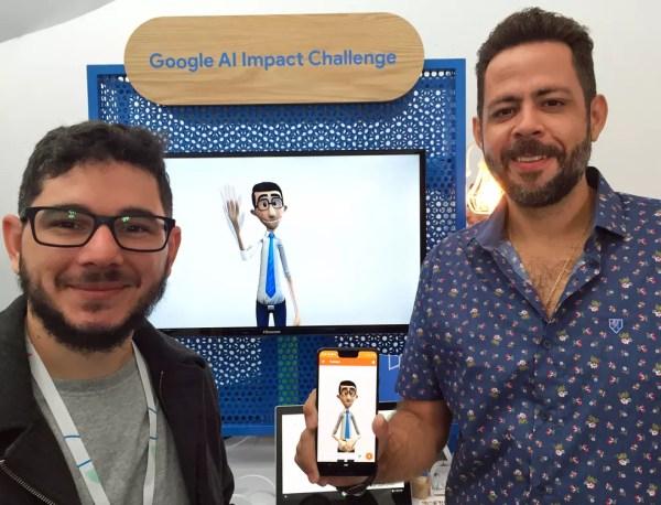 Thadeu Luz (esq) e Carlos Wanderlan apresentaram o Hand Talk no encontro anual do Google com desenvolvedores, na Califórnia — Foto: Luciana de Oliveira/G1