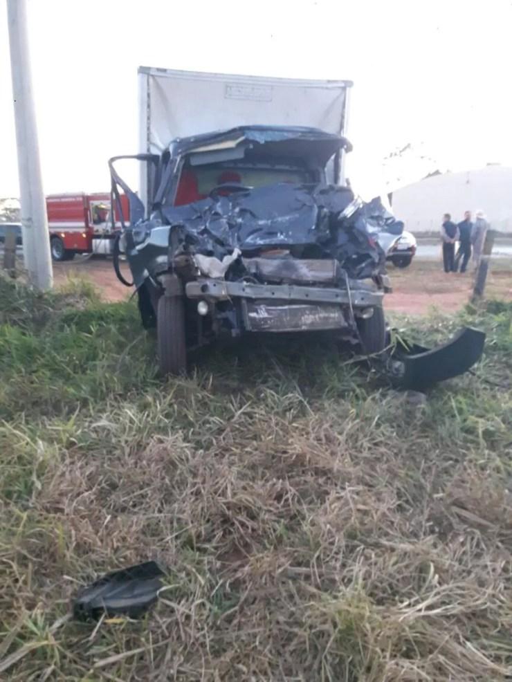 Acidente entre dois caminhões deixou um homem ferido  (Foto: Renan Contrera )