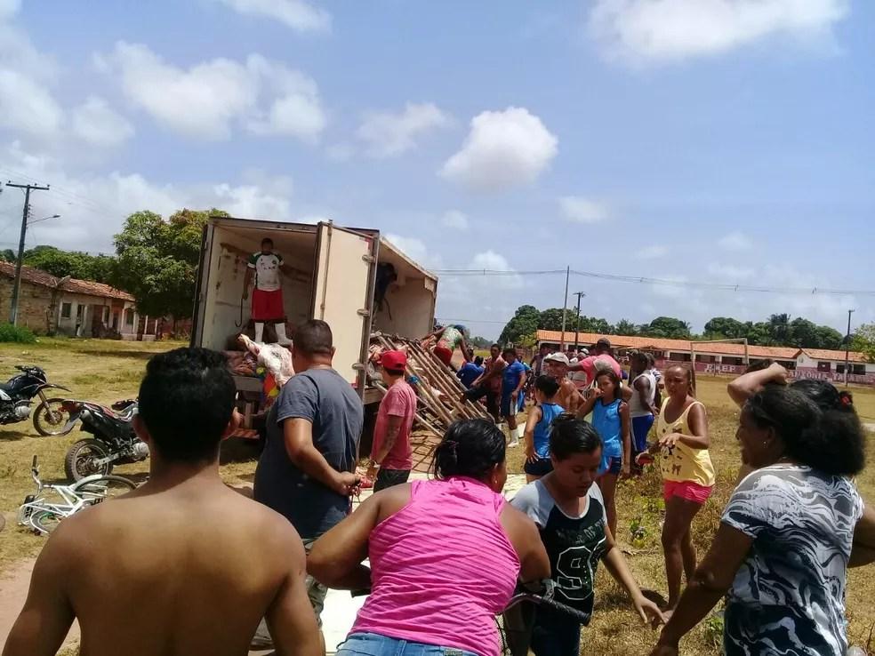 Caminhão de transporte de carne tombou e carga caiu no estrada. Moradores se aglomeraram em busca de pegar a carga (Foto: Dário Pedrosa/ Arquivo Pessoal)