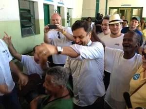 O candidato do PSDB à Presidência dança durante visita a abrigo no Rio de Janeiro (Foto: Henrique Coelho / G1)