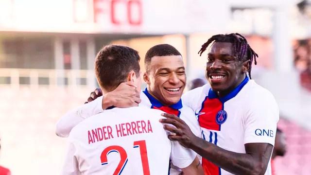 Mbappé abraçado por Kean e Herrera: astro é artilheiro da Ligue 1