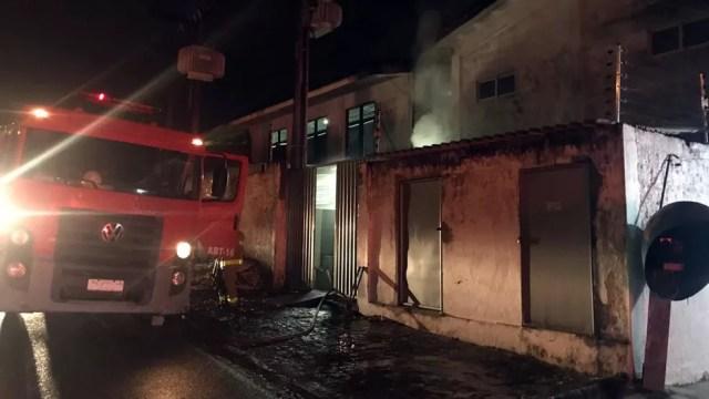 Bombeiros começaram a trabalhar no incêndio no final da noite de quinta-feira (Foto: Walter Paparazzo/G1)