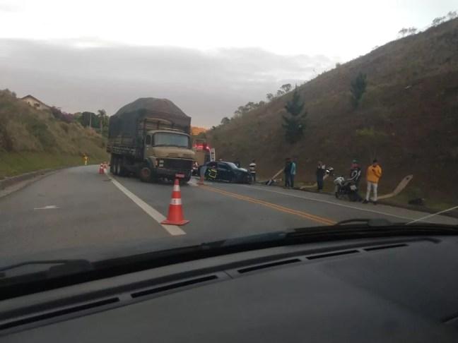 Acidente entre carro e caminhão deixa dois feridos na Raposo Tavares em São Roque — Foto: São Roque Notícias/Divulgação