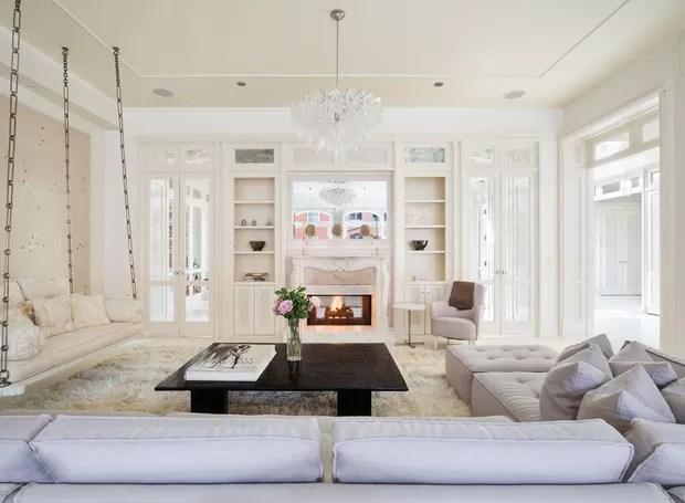 Nesse caso, o sofá também entra na brincadeira e fica suspenso no teto (Foto: Compass/ Reprodução)