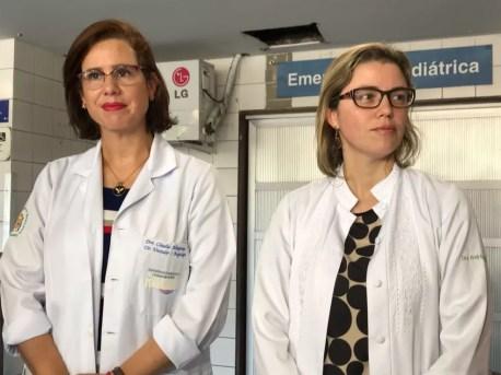 Cirurgiãs Claudia Albuquerque [esq.] e Andrea Rolim atenderam menino que sobreviveu ao ter o coração perfurado por espeto em Pernambuco (Foto: Thays Estarque/G1)