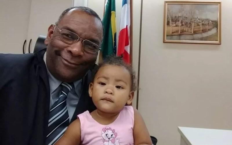Juiz Agenor Calazans com a bebê de 11 meses (Foto: Divulgação / TRT-5)