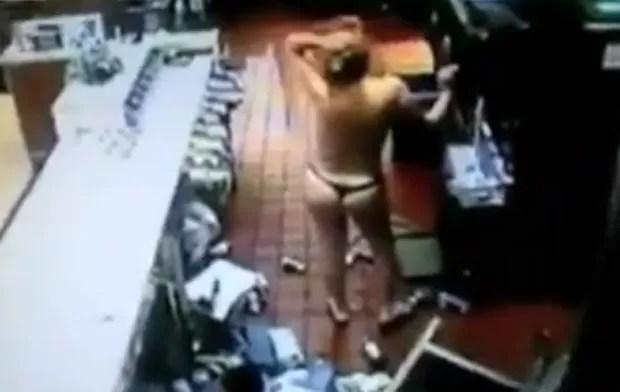 Mulher seminua causou destruição em restaurante fast food, e ainda fez 'pausa' para sorvete (Foto: Reprodução/YouTube/WorldNewsJB )