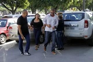 Familiares chegam no velório do pai da Xuxa  (Foto: Wallace Barbosa/AgNews)