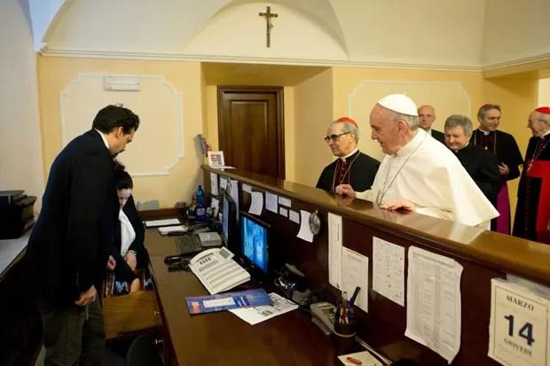 Foto do 'Osservatore Romano' mostra o Papa Francisco fazendo o check-out da residência onde se hospedou, em Roma (Foto: Reuters/Osservatore Romano)