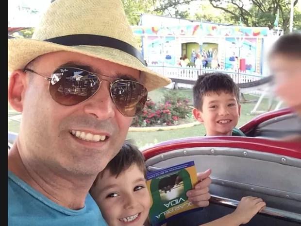 O corpo de Nabor Oliveira e dos dois filhos foi encontrado na área da piscina do prédio. Eles teriam caído do apartamento do 18º andar. (Foto: Reprodução / Facebook)