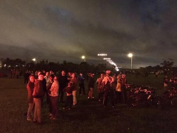 Amantes de aviação aguardam pouso do maior avião do mundo no Aeroporto de Guarulhos, SP (Foto: Roney Domingos/G1)