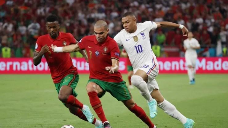 Pepe e Mbappé em ação durante Portugal x França