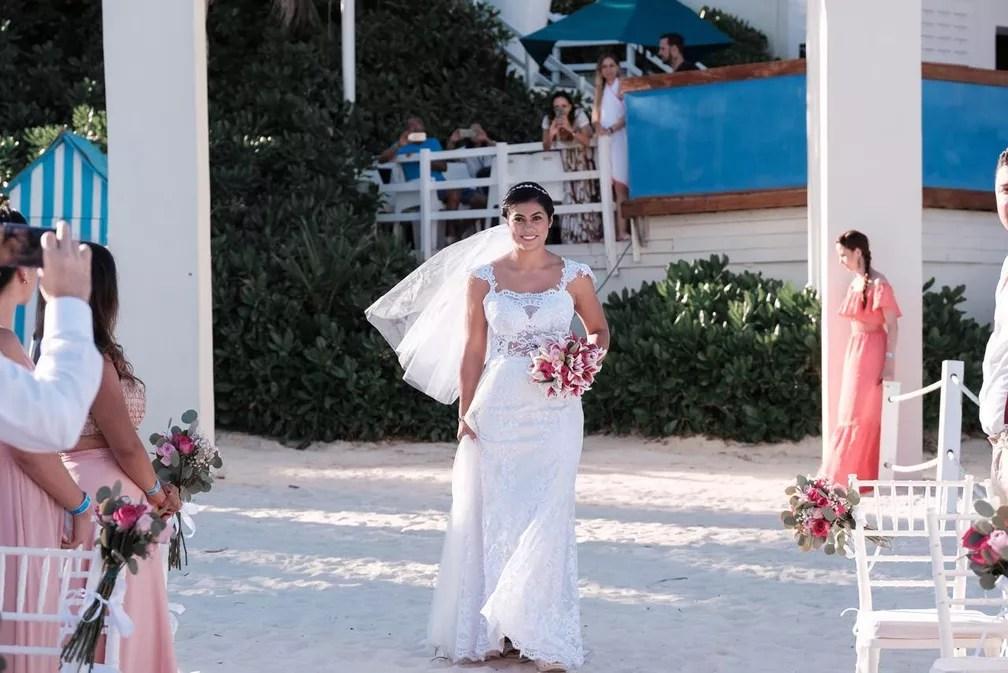 Na segunda cerimônia, ela usou vestido de noiva branco — Foto: Gabriel Bandeira/ Divulgação