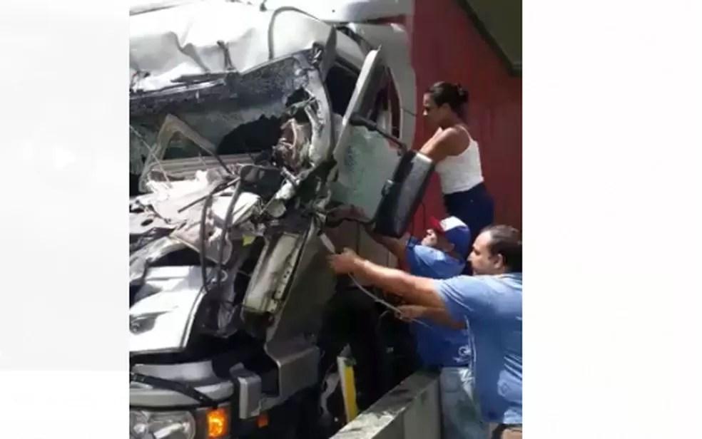 Leiliane Silva ajudou a retirar o motorista de dentro do caminhão — Foto: Reprodução/Redes sociais