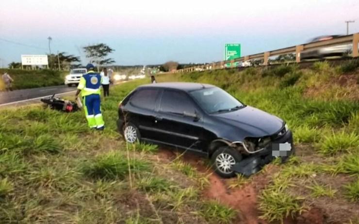 Carro arrastou a moto até o canteiro central da rodovia  (Foto: Votuporanga Tudo)