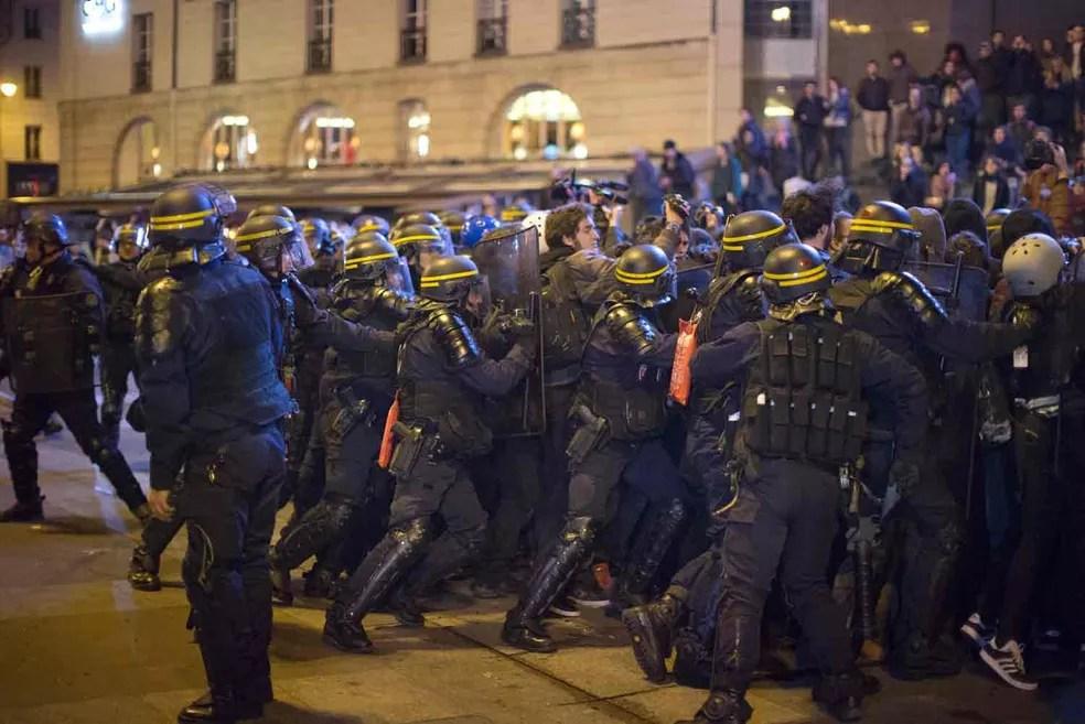 Policiais durante protesto contra resultado do segundo turno da eleição presidencial em Paris (Foto: Emilio Morenatti/AP)