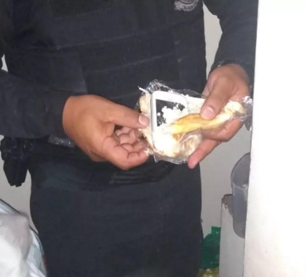 Um dos celulares encontrados estava dentro de um pão, segundo o Depen — Foto: Divulgação/Depen-PR