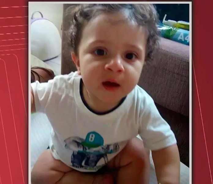 Versão dos pais diz que criança caiu do carro em movimento, polícia diz que informações são divergentes na Bahia — Foto: Imagem/TV Santa Cruz
