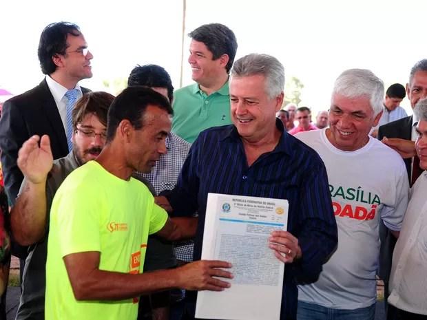 Morador de São Sebastião recebe escritura das mãos do governador Rodrigo Rollemberg (Foto: Pedro Ventura/Agência Brasília)