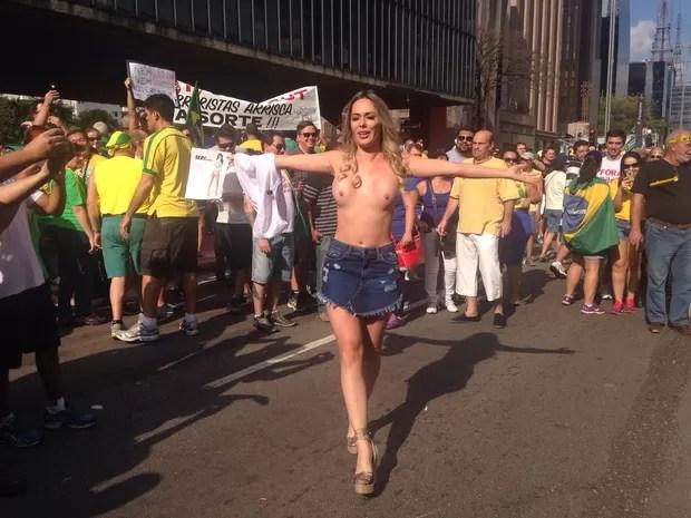 SÃO PAULO: A modelo Ju Isen tira a roupa em frente ao Masp durante a manifestação contra o governo na Avenida Paulista. Ela já tinha feito isto nos atos anteriores. (Foto: Isabela Leite/G1)