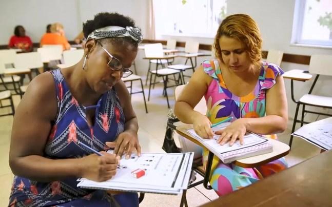 Simone de Souza e Maria Cristina da Silva durante as aulas presenciais de educação de jovens e adultos, antes da pandemia. — Foto: Gustavo Wanderley/TV Globo
